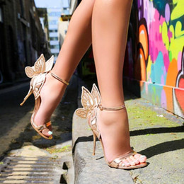 Chaussures à paillettes métalliques en Ligne-Evangeline Glitter aile d'ange Sandales Sexy Laser Cut métallique Gladiator Sandales Talons papillon Chaussures de mariage Femme Pompes