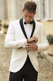 2019 trajes de lana pico desgaste tuxedos 2017 Custom Made Ivory Men Wedding Suit Black Buttons Peaked solapa Slim Fit novio esmoquin padrino de boda trajes (chaqueta + pantalones + pajarita) EN9146