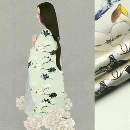 Tecido de impressão orquídea on-line-118 cm de largura 19mm 93% seda 7% orquídea impressão estiramento luz tecido de cetim de seda verde para a camisa do vestido roupas cheongsam D629