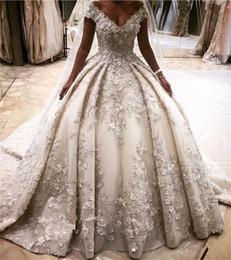 elástico de cetim vestido de bola vestidos de noiva Desconto Luxo Princesa Vestidos de Casamento Vestidos de Baile 3D Flor Apliques Vestidos de Baile Puffy Fora do Ombro Catedral Vestidos de Casamento Do Trem