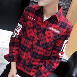 2019 blusas de moda coreana al por mayor Venta al por mayor de alta calidad de moda camisa de los hombres no de hierro de manga larga camisa a cuadros cepillados hombres coreanos ajuste delgado con la letra de la marca masculina blusa de los hombres blusas de moda coreana al por mayor baratos