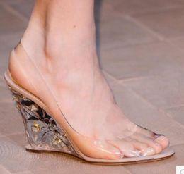 2019 zapatos de boda de cristal cuñas 2017 sandalias de cuña de las mujeres sandalias del PVC con los zapatos transparentes de la boda del talón Crystal Clear High Heels Peep Toe Pumps zapatos de boda de cristal cuñas baratos