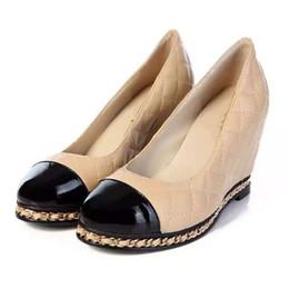 Entrega rápida Nova Marca de Moda Genuína Mulheres De Couro Cunhas Sapatos de Plataforma Cor Bege Cadeia Preta Acolchoada Ling Bombas de Salto Alto Sapatos de