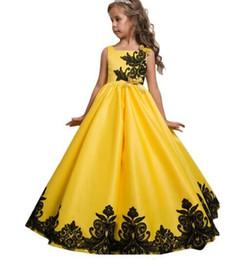 Cuadrado amarillo satinado vestido de bola Arco de encaje Vestidos de boda lindos Vestidos de niña de flores Longitud del piso barato desde fabricantes