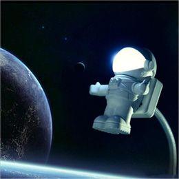 2019 luz de noche astronauta 2017 Astronauta / Spaceman LED Luz de Noche USB Lámpara de Escritorio Ordenador PC / Teclado Flexible Libro Luz Mejor Regalo Para Amigo ZA1355 luz de noche astronauta baratos
