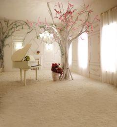 Cortinas blancas flores rosas online-Vinilo Fotografía Contextos Interior Brillante Ventana Cortina Blanca Flores Rosadas Árbol Piano Boda Estudio Fondo Suelo de Arena