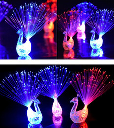 Gadget de anillo de dedo online-Nuevo Peacock Finger Light Colorful LED Light-up Rings Party Gadgets Niños Juguete inteligente para el desarrollo del cerebro