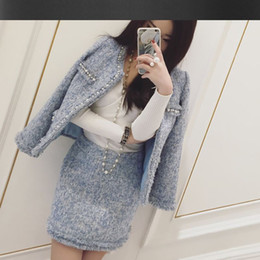 Falda de abrigo azul online-Chaqueta de tweed azul claro + trajes de falda con cuentas de mano 2017 primavera / otoño / invierno Chaquetas de las mujeres abrigo de las nuevas señoras 2 piezas falda traje