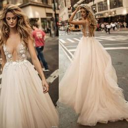 vestidos de casamento Desconto 2019 Sheer Sexy Berta vestido de noiva de verão de champagne sem costas decote v profunda A linha de vestidos de noiva corpete fortemente embelezado