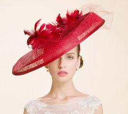 Britischer kleiner hut online-Hohe Qualität 2017 Große Rote Britische Frauen Sinamay Garn Kleine Hut Dance / Bankett / Holiday Cap Hochzeit Braut Hüte Mit Echten Feder