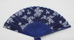 Fleur d'éventail bleue en Ligne-Hot design festif fleur classique style chinois ventilateur de main en tissu bleu avec cadre en bambou teint bleu faveur de fête de mariage