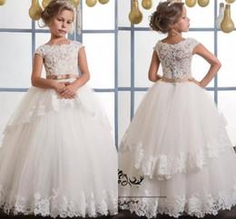 primeira tampa Desconto Marfim Lace Flower Girl Vestidos Para Casamentos Cap Mangas Champagne Sash Puffy vestido de Primeira Comunhão Vestidos Vestido Da Menina de Flor para Casamentos