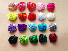 Grampos de cabelo flores de tecido on-line-28 cores mini fita de cetim subiu flor acessórios de cabelo para meninas crianças crianças handmade tecido enrolado flores para grampo de cabelo ou bandana