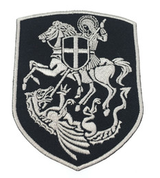 Escudo de guerrero de caballero de calidad superior bordado parche Georger en caballero Escudo de cruz de dragón escudo cristiano chaleco de bordado de plata emblema desde fabricantes