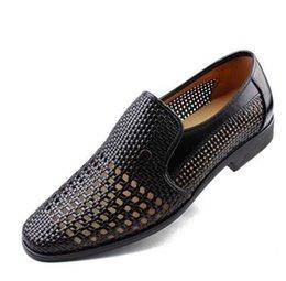2019 коричневые туфли для жениха Новое лето Последние ботинки платья для жениха Мужские дышащие Полые из PU кожаные ботинки для мужских отверстий кожаные сандалии белые черные коричневые дешево коричневые туфли для жениха