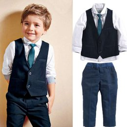 Vestito giubbotto bambino online-New Brand Baby Kids Handsome Gentleman Suit Baby Boys vestiti Set Top Shirt + Gilet + Tie + Pants 4PCS Abiti Abiti