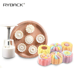 Stampo a forma di luna online-7PCS / Set 3D Moon Cake Mold 1 Hand Press con 6 Flower Shape 50g Mid Autumn Arch Moon Stampi per dolci Pane Biscotti Maker