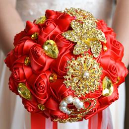 Bouquet champagne online-2017 Rosso e oro Spilla Bouquet Champagne Bouquet da sposa fatto a mano fiore artificiale Rose bouquet de mariage Mazzi di nozze di cristallo
