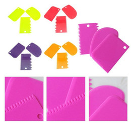 Wholesale Icing Spatula Set - New 3Pcs set plastic scraper cake Dough Icing Fondant Scraper Cake Decorating Baking Pastry Tools Plain Smooth Jagged Edge Spatulas Cutters