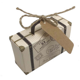 Cajas temáticas para fiestas online-50 unids Mini Maleta Kraft Caja de Dulces Bonbonniere Cajas de Regalo de Boda Viaje Fiesta Temática para Aniversario Cumpleaños Baby Shower Box