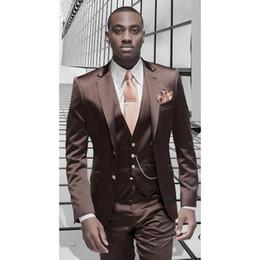 Smoking marrone formale online-Tuta da uomo in raso marrone Tuta da uomo formale design italiano Abito da sposo masculino 3 pezzi elegante (giacca + pantaloni + gilet)