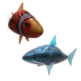 2019 voando tubarão clownfish RC Procurando Nemo Peixe Voador Brinquedos de Controle Remoto Air Swim Brinquedo Inflável Clownfish Shark Brinquedo Presentes de Natal Elfos Aéreos desconto voando tubarão clownfish