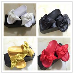 2019 sandálias de cetim roxas New Womens Fenty Bandana Deslizamento WNS Chinelos Designer de Senhoras Rihanna Borboleta Chinelos de Ouro Roxo Azul BOW SATIN SLIDE SANDALS sandálias de cetim roxas barato