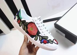 Wholesale Embroidered Shoes Flat - 2017 New Women's Fashion White Genuine Leather Luxury Brand Flower Embroidered Flat Casual Shoes Lady Red Green White designer sneakers