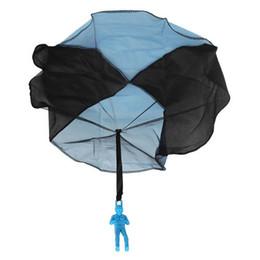 Atacado-10pcs mão jogando crianças Mini Play Parachute Toy Soldier Outdoor Sports infantil brinquedos educativos brinquedos ao ar livre Candy Color cheap parachute toy wholesale de Fornecedores de brinquedo de pára-quedas por atacado