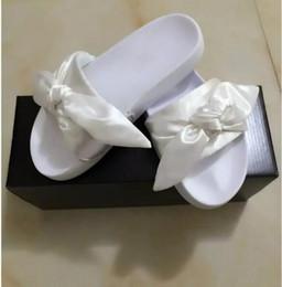 mädchen weiße hausschuhe Rabatt Mit Orignal Logo Und Box Hot Marke Leadcat Fenty Rihanna Schuhe Frauen Hausschuhe Indoor Sandalen Mädchen Mode Kratzer Rosa Schwarz Weiß Echtpelz
