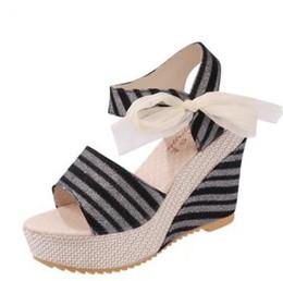 Abrir o laço do dedo do pé liso on-line-Venda quente 2017 Verão cunhas sandálias sapatos femininos mulheres sapatos de plataforma cinto de renda arco flat dedo do pé aberto sapatos de salto alto