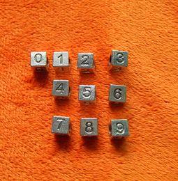 Wholesale Kubiklegierungs Metall lösen Buchstaben Zahl Würfelquadrat Herz schwarze Emaille große Loch Korne passten Schlangenskelettarmband Halsketten Schmucksachen