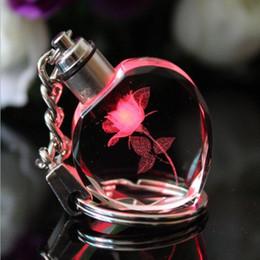 2019 apri di bottiglia elegante all'ingrosso Classic Laser Engraving Fashion LOGO Portachiavi di cristallo a forma di cuore colorato LED Portachiavi Collezione di regali migliore favore di partito