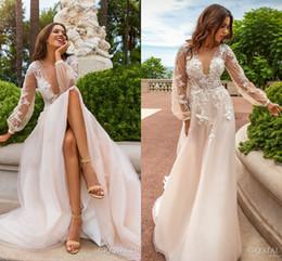 Vestido de noiva de volta do laço feito à mão on-line-Novo Design de Rendas Apliques de Vestidos De Casamento 2017 Profundo Decote Em V Ver Através de Volta Com Botão Flores Artesanais Sweep Trem Vestidos de Noiva de Casamento