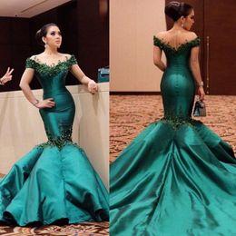Laço esmeralda vestido de noite frisado on-line-2020 Sexy verde esmeralda ombros elegantes sereia Vestidos Lace apliques de contas Backless Partido Prom Vestidos