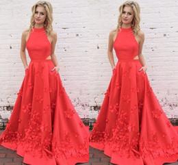 2019 vestido de pétalos hechos a mano Coral Red Backless Vestidos de baile 2017 Encantador Cuello alto Lados recortados Pétalos hechos a mano Vestidos de Fiesta Vestidos de graduación vestido de pétalos hechos a mano baratos