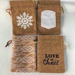 2019 caixas redondas redondas redondas Pacote de 20 retro linho serapilheira bolsa de juta com cordão de embrulho de presente - floco de neve, amor é doce, laço floral, tecido de escrita costurado, 5.5 * 4 polegadas