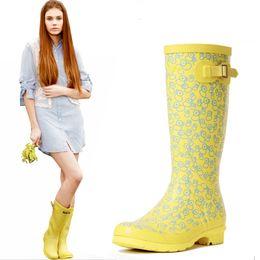 2016 Nuevas Botas de lluvia altas de las mujeres, zapatos de agua de moda de la muchacha de goma a prueba de agua Ladies Walking Caza al aire libre Rainboots 36-39 amarillo pequeño desde fabricantes