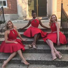 Abito rosso in raso abito da damigella d'onore online-Little Red Short Abiti da damigella d'onore 2017 Sexy Halter Una linea di raso al ginocchio Lunghezza della festa nuziale indossare abiti a buon mercato Maid Of Honor