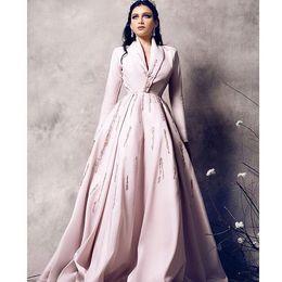 Abrigos largos de mujer online-2019 Vestidos formales de noche de manga larga con cuentas de color rosa claro Abrigo de mujer Ropa Dubai Árabe Cuello en V Longitud total Vestidos de fiesta de graduación