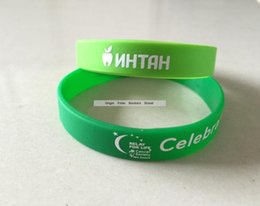Celebración de la pulsera de regalo de fiesta Banda de silicona verde con logotipo blanco Pulsera de impresión de pantalla de seda desde fabricantes