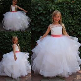 Rüsche rock blumenmädchen kleid online-White Flower Girl Kleider für Hochzeiten Lace Rüschen Rock Erstkommunion Kleider für Mädchen bodenlangen Kinder Ballkleider Günstige