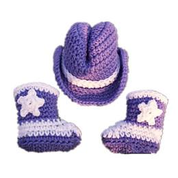 Crochet del cappello viola del bambino online-Costume neonato Cowboy viola, lavorato a mano all'uncinetto Baby Boy Girl Cowboys cappello e stivali Set, bambino neonato fotografia Prop, regali per bambini