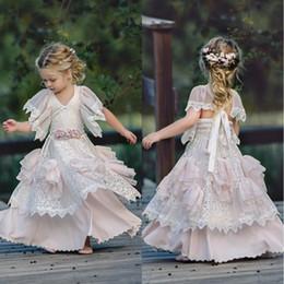 2019 pizzo rosa chiaro fiore 2018 Light Pink Bohemian Wedding Flower Girl Abiti gioiello collo con maniche corte Vintage pizzo bambino Kid compleanno prima comunione usura pizzo rosa chiaro fiore economici