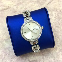 Имитация ремней онлайн-Новая модель популярные женские часы роскошные Алмаз Леди наручные часы специальный дизайн Стелл ремешок имитация раковина Shell лицо Сексуальная Бесплатная доставка