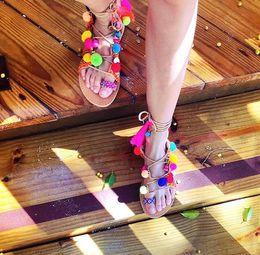 Mulheres quentes correias de couro on-line-Venda quente de couro pom pom strap sandálias rendas até gladiador flats tanga sandálias chinelos multi cor pedras mulheres sapatos