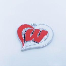 Atacado- (10 peças / lote) liga de zinco ródio Wisconsin Badgers time de futebol da faculdade redemoinho coração encantos de