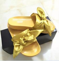 sandálias de cetim roxas Desconto New Womens Fenty Bandana Deslizamento WNS Chinelos Designer de Senhoras Rihanna Borboleta Chinelos de Ouro Roxo Azul BOW SATIN SLIDE SANDALS