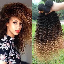 Ombre бразильские курчавые курчавые выдвижения волос онлайн-Темные корни Ombre Бразильские кудрявые кудрявые девичьи волосы ткут 3 пачки # 1B / 4/27 Honey Blonde Ombre Curly Human Hair Extensions