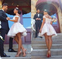 Vestiti da ritorno domestico rosa chiaro online-2018 White Lace Appliqued Light Pink Short Abiti da ritorno a casa Fuori dalla spalla Mini abito da cocktail Prom Abiti da festa
